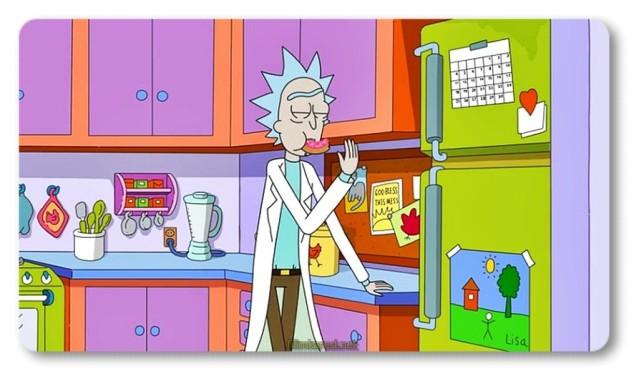Liseyi sonunculukla bitirebilen Homer, lise aşkı Marge ile evlendikten sonraSpringfield'ın orta sınıf ailelerinin yaşadığı Evergreen Terrace'da bir yaşam kurdu. Üç 'ilginç' çocukları oldu. Homer zaman geçtikçe birayı, donat'ları, Marge'ın hazırladığı pirzolaları ve İspanyol kanalında Bee Guy'ı sevdiğini fark etti; bir de patronu Mr. Burns ve komşusu Ned Flanders'dan nefret ettiğini. Marge 'kutsal aile birliği'nin, kutsal tarafı. Tam bir iyilik meleği, çocuklarını ve tüm olumsuzluklarına karşın Homer'ı çok seviyor. Hayattaki tek lüksü, her gün yerçekimine başkaldıran uzun mavi saçlarını yaptırmak. Saksafon çalmasının yanı sıra okula gidiyor olmasını 'keyif aldığı uğraşlar ' arasında sayan Lisa, herkesin onun bir vejeteryan olduğunu bilmesini istiyor ve yaşamda en çok istediği şey (dünya barışından sonra) bir midilli. Bart ise tam bir felaket. Kilisedeki ilahi yazıları uydurma metinlerle değiştirmesi 'icraatlarına' sadece masum bir örnek.